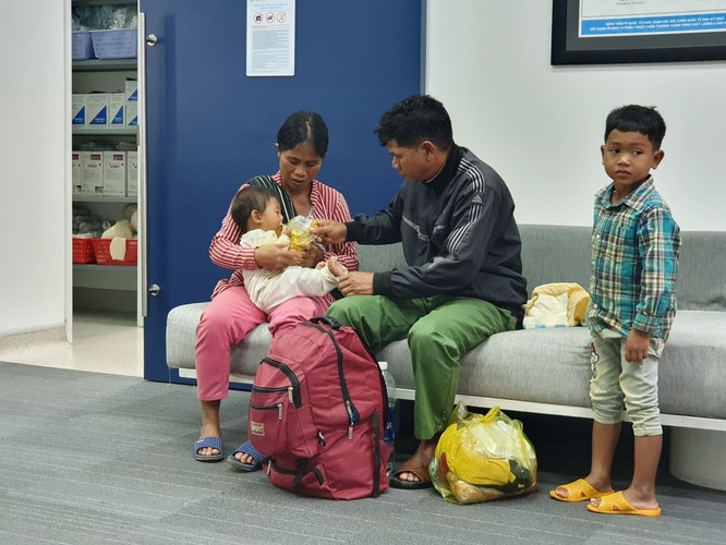 Bé trai 7 tháng tuổi người dân tộc Châu Mạ mang khối u khổng lồ ở mông ảnh 2