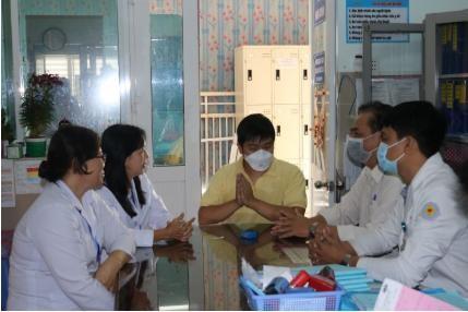 Chàng trai Trung Quốc sau khi điều trị khỏi virus Corona đến đón mẹ về nhà ảnh 1