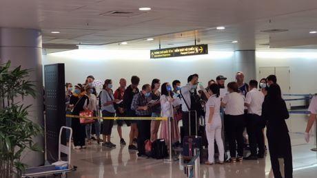 Chuyến bay đầu tiên có 2 người trên du thuyền Westerdam quá cảnh sân bay Tân Sơn Nhất: 63 hành khách đều phải khai báo y tế ảnh 1