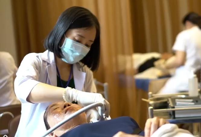 Lăn kim tại spa, một phụ nữ bị phù nề da mặt, mưng mủ ảnh 1
