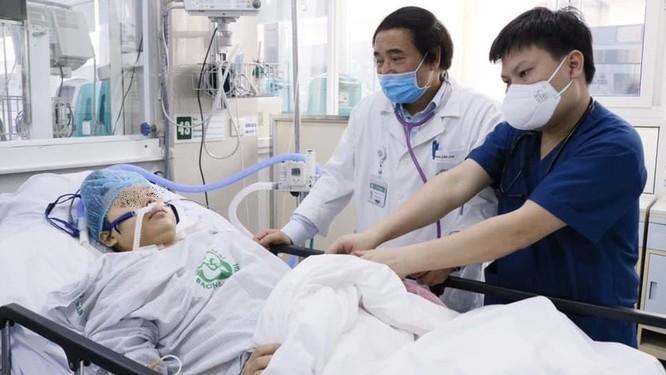 Bệnh viện Bạch Mai cứu sống sản phụ bị sốc mất máu, suy tạng sau mổ cắt tử cung do rau bong non ảnh 2