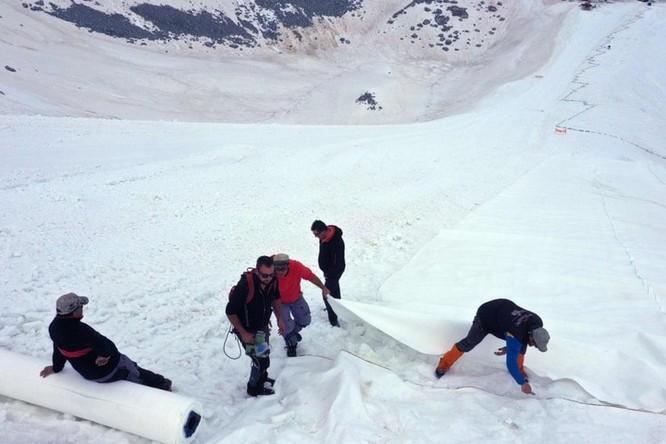 Nước Ý phủ bạt để ngăn sông băng Presena tan chảy ảnh 1
