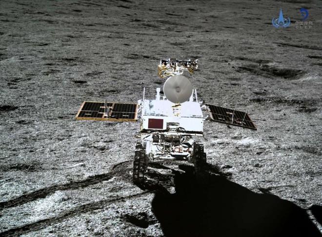Phát hiện vật chất kỳ lạ sáng lấp lánh ở Mặt Trăng ảnh 1