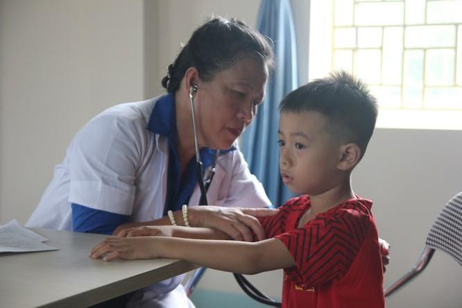 Các thầy thuốc trẻ ở bệnh viện tuyến trung ương khám sức khỏe miễn phí cho bà con vùng cao ảnh 4