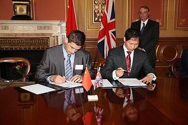 Lễ ký kết diễn ra trong thời gian Thủ tướng Trung Quốc Lý Khắc Cường đến London vào tháng Sáu năm 2014.
