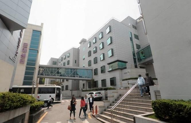 Sáng hôm sau tôi đến bệnh viện có tên Cheil Medical Center. Bệnh viện thuộc quản lý của công ty Cheil Hospital, vừa được Samsung mua lại. Tìm hiểu ra thì tôi biết nhà sáng lập bệnh viên là cháu của Chủ tịch Samsung Lee Kun-hee.