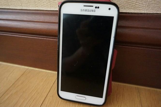 Không có điện thoại dùng được ở Hàn Quốc, tôi mang theo chiếc Galaxy S5 của vợ.
