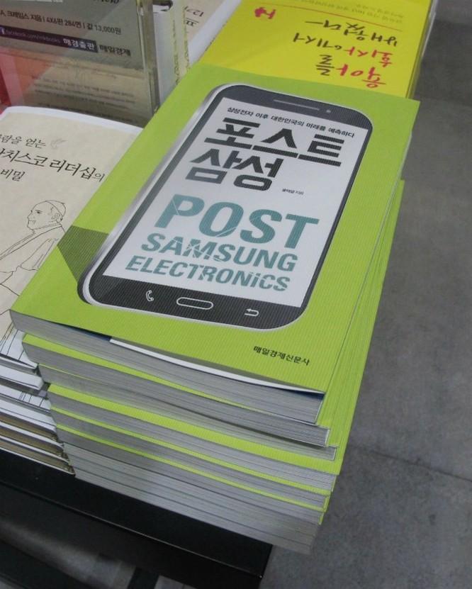 """Làm việc với bác sỹ xong, tôi đến một hiệu sách. Một số cuốn trong loạt sách bán chạy nhất có nội dung nói về Samsung, giống như cuốn """"Post-Samsung Electronics"""" này. Nhiều người dân Hàn Quốc quan tâm tới tương lai của Samsung."""