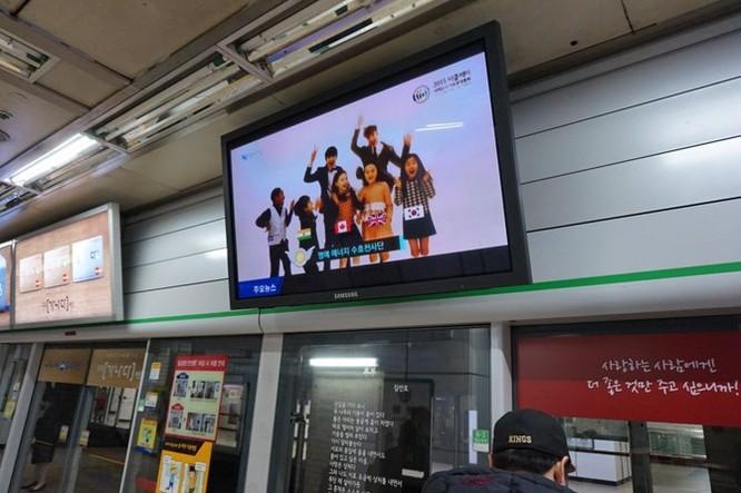 Sau đó, tôi tới thăm nhà cha mẹ. Đi bằng tàu điện ngầm, tôi bắt gặp nhiều màn hình TV Samsung cỡ lớn ở ga.