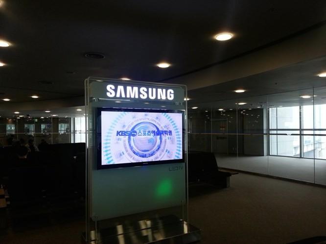 Sau chuyến bay từ San Francisco tới Seoul kéo dài 13 giờ, điều đầu tiên chào đón tôi ở sân bay là chiếc TV Samsung.
