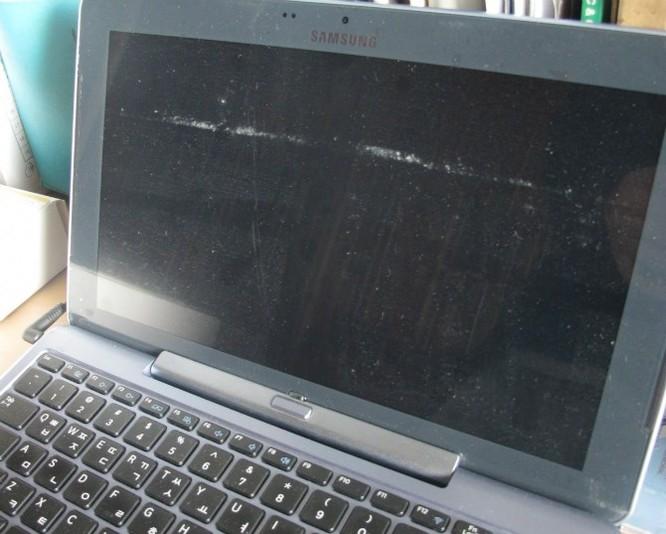 Cha tôi mê mẩn với laptop hiệu Samsung. Ông mua chiếc này năm ngoái, nhìn khá sắc sảo, mặc dù bàn hình hơi bẩn