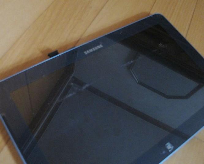 Tháo rời màn hình, chiếc laptop biến thành một chiếc máy tính bảng.