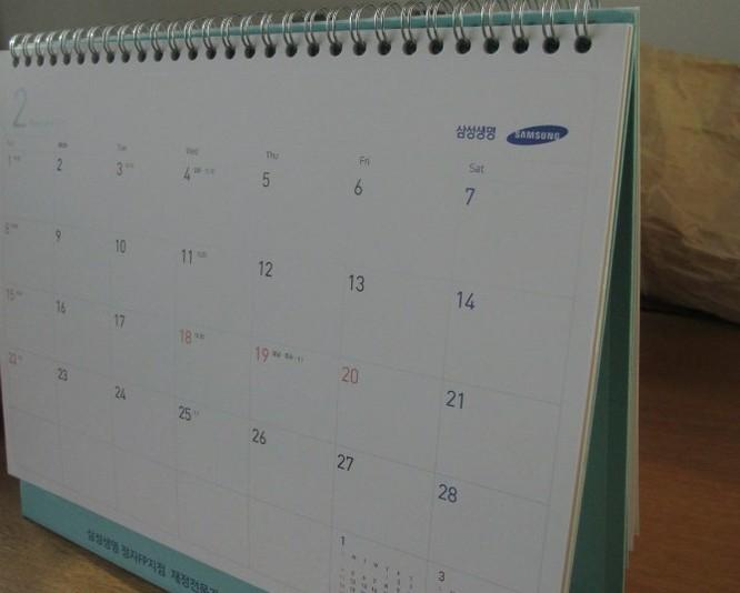 Ông thậm chí để lịch Samsung trên bàn. Đây là quà tặng kèm khi mua bảo hiểm nhân thọ Samsung.