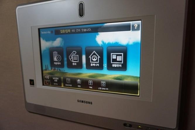Tôi bấm nhầm nút ở cửa trước khiến còi báo động réo lên. Tôi phải vật lộn với bảng điều khiển Samsung một lúc để tắt còi. Đây là hệ thống an ninh nối với camera đặt ở cửa trước, bạn cũng có thể gọi điện và điều khiển hệ thống sưởi ấm.