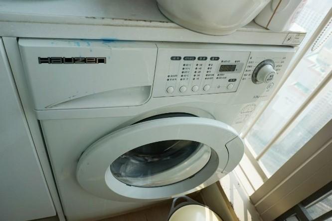 Điều đầu tiên tôi làm là giặt giũ đồ. Em tôi dùng máy giặt hiệu Hauzen, một thương hiệu đồ điện tử của Samsung.