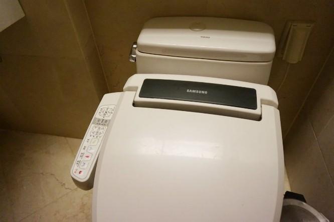 Kể cả đi vệ sinh, tôi cũng bắt gặp đồ của Samsung.