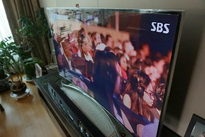 Trong phòng ngủ của tôi có đặt một chiếc TV Samsung màn hình cong, xem khá mãn nhãn