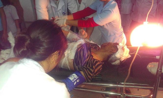Các công nhân đang được cấp cứu tại bệnh viện