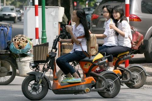 Từ 10/4, học sinh phải đội mũ bảo hiểm khi đi xe đạp, xe máy điện.