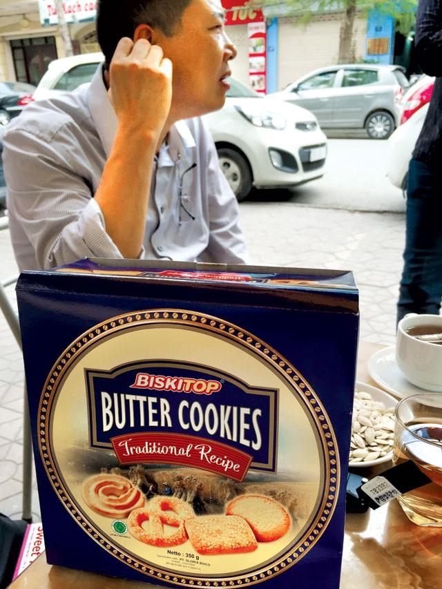 Mặc dù trong giờ hành chính nhưng ông Đặng vẫn mang bánh đi chào