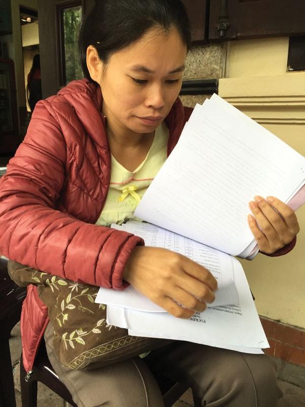 Chị Nguyễn Thị Thoa với những mảnh giấy biết nói. Gần một năm vật vã với container hàng hóa, chị đã kiệt quệ về kinh tế.