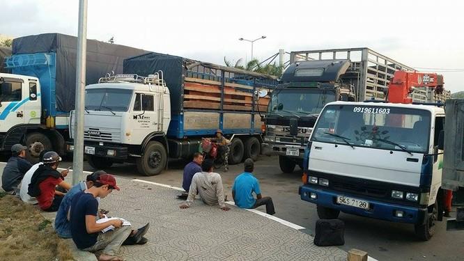 Hàng trăm xe gỗ ùn ứ ở Cửa khẩu Quốc tế Lao Bảo ảnh 11