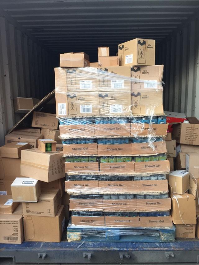 Đã mở container nhưng hàng vẫn chưa được kiểm đếm, người của chị Thoa phải tự niêm phong container lại