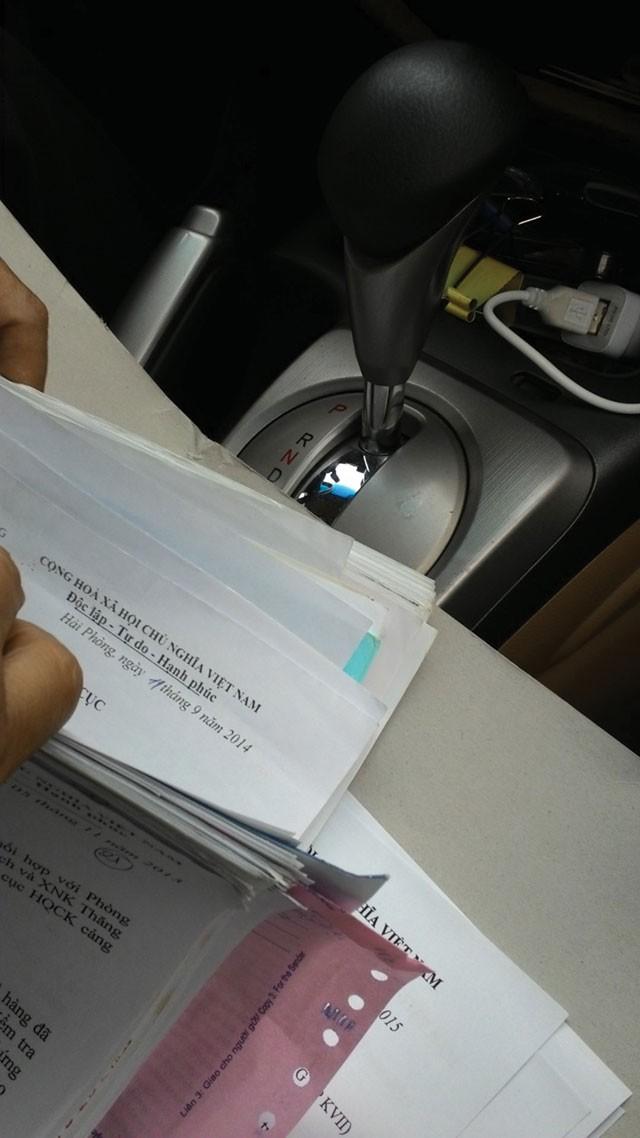 Hồ sơ mặt hàng bánh mà ông Đặng mang đi chào hàng cùng tập tài liệu đưa container đi soi xuất hiện trên xe của ông Đặng