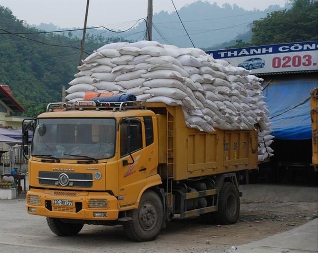 Một xe chở gạo chuẩn bị về kho chứa