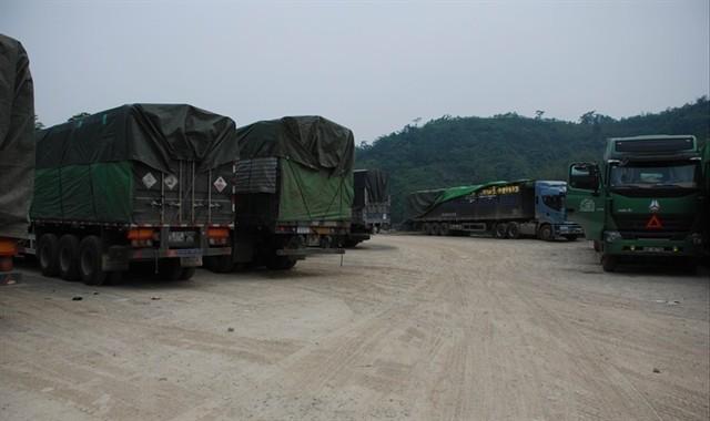 Bãi đậu xe của Cty TNHH Minh Đức chật cứng xe chở gạo nằm chờ