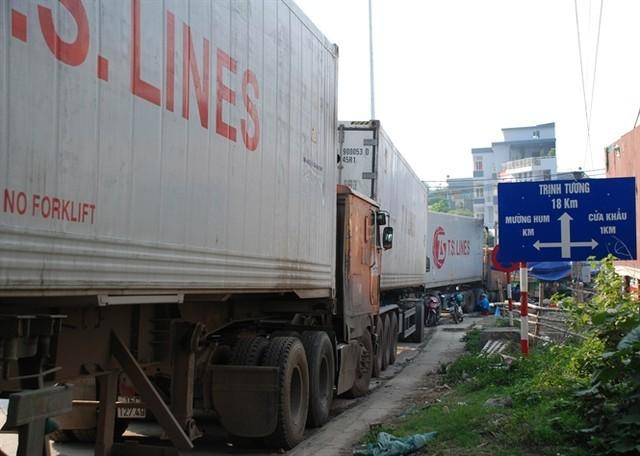 Xe chở gạo và hàng hoá nằm đợi ngoài cửa khẩu