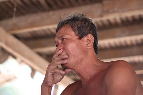 Ông Chan Mith không cầm được nước mắt khi nhớ về cha mẹ.