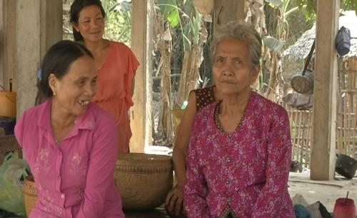 Bà Mann Phol (trái), vợ ông Chan Mith, cũng mồ côi vì bom đạn.