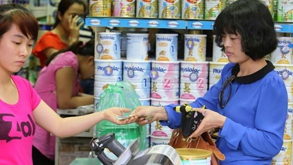 Nhiều người tiêu dùng mất tiền oan khi giá sữa tăng bất chấp quy định của Bộ Tài chính.
