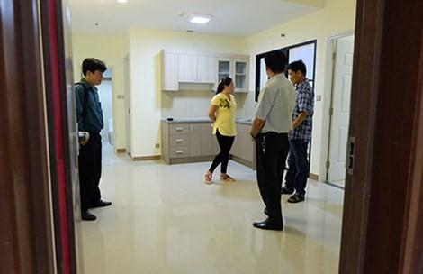 Người mua NƠXH đang tham quan căn hộ trước khi quyết định mua.