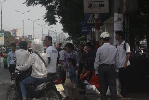 Cảnh mệt mỏi của hành khách sau cả chặng đường dài, tiếp tục chờ đợi xe ôm, taxi để về nhà trọ.