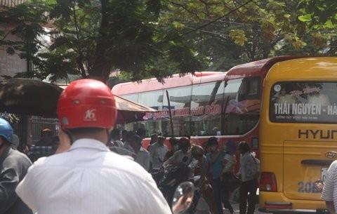 Lượng xe chở khách đổ về bến xe Giáp Bát trong ngày cuối của dịp nghỉ lễ tăng đột biến so với ngày thường.