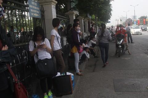 Mệt mỏi chờ đợi người nhà ra đón trên đường Giải Phóng.