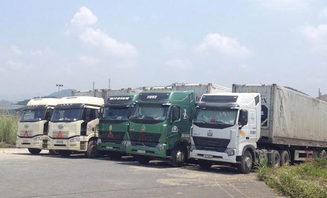 Xe container đỗ chật kin khu vực Cửa khẩu quốc tế Kim Thành.
