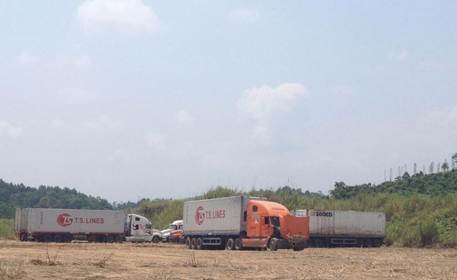 Ban quản lý cửa khẩu tận dụng mặt bằng đã quy hoạch nhưng chưa xây dựng trong khu vực Kim Thành để cho xe đỗ