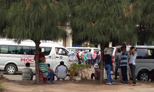 Xe của sòng bài bên phía Campuchia chờ sẵn đón khách Việt qua chơi.