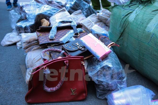 Toàn bộ số ví da, túi xách mang nhãn hiệu Dior, Hermes, Louis Vuitton được xác định là hàng giả