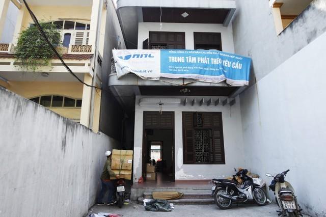 Kho hàng của Tổng công ty cổ phần chuyển phát nhanh Hợp Nhất tại phố Đặng Văn Ngữ (quận Đống Đa, Hà Nội), theo Tổng cục Quản lý đất đai, đây là nơi 3.000 phôi sổ đỏ bị thất lạc. Trong ảnh: nhân viên của công ty đang tập kết hàng về kho