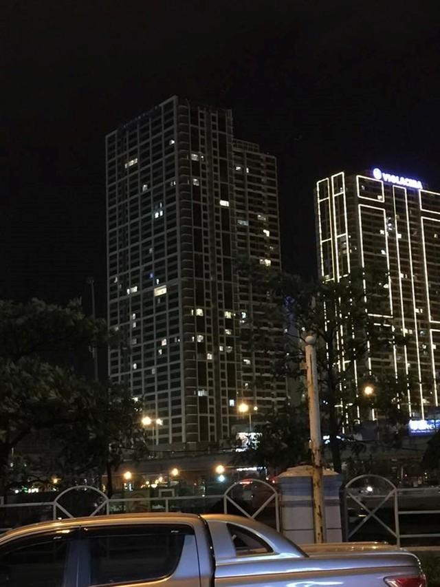 Sau sự cố, tòa nhà này đã tắt hết đèn điện trang trí (bên trái)
