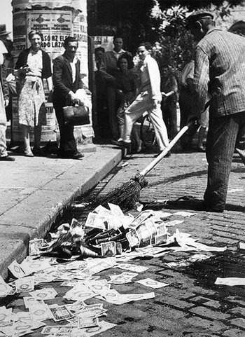 Tiền Hungary được bỏ đầy trên các đường phố chính không ai buồn nhặt