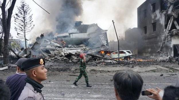 Máy bay Indonesia rơi trúng khách sạn, ít nhất 30 người chết ảnh 1