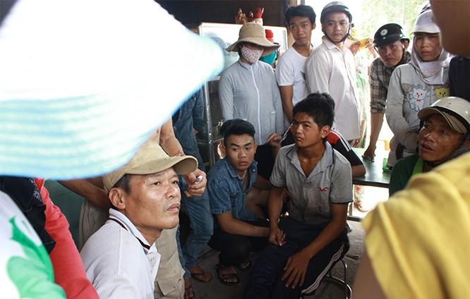Thảm sát ở Bình Phước: Hàng trăm công nhân khóc rời công ty Quốc Anh ảnh 2