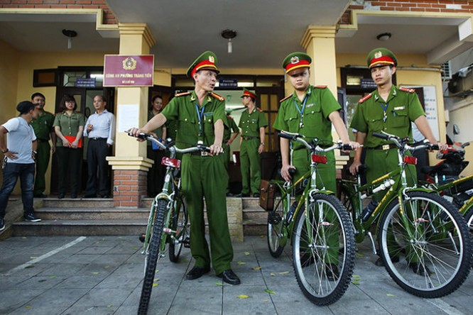 Hình ảnh thân thiện của Công an Hà Nội khi tuần tra bằng xe đạp ảnh 2