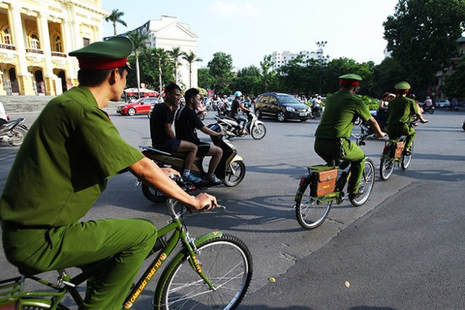 Hình ảnh thân thiện của Công an Hà Nội khi tuần tra bằng xe đạp ảnh 3