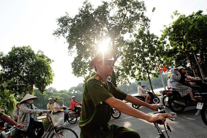 Hình ảnh thân thiện của Công an Hà Nội khi tuần tra bằng xe đạp ảnh 4